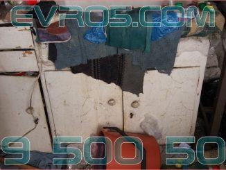 Хамали от фирма, която изхвърля стари мебели